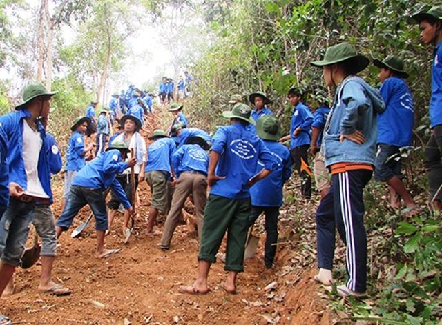 Các tình nguyện viên trong CLB Nét bút xanh miền Trung chăm sóc cho em Duấn tại Bệnh viện Hữu nghị Việt Nam - Cu Ba Đồng Hới