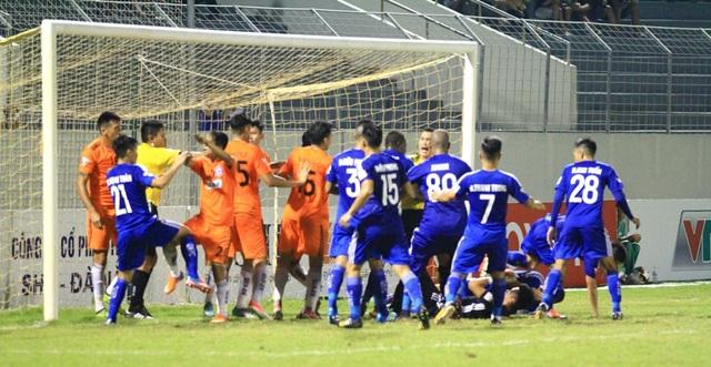 Cầu thủ hai đội lao vào nhau ẩu đả sau tình huống phạm lỗi của Merlo.