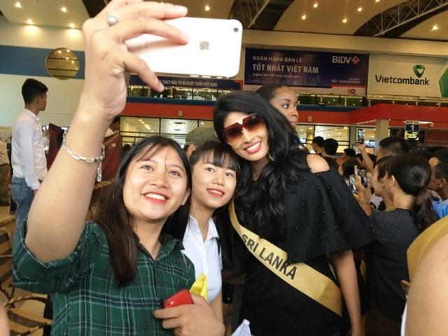 Người hâm mộ vây kín dàn hoa hậu Miss Grand International 2017 - 9