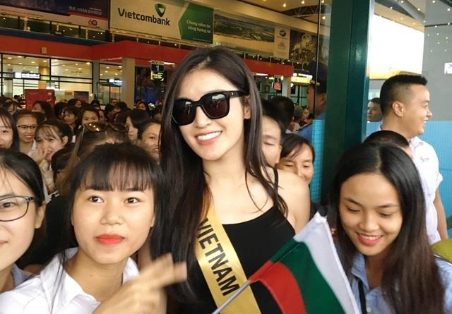 Các fan chen nhau chụp ảnh lưu niệm với Á hậu Huyền My