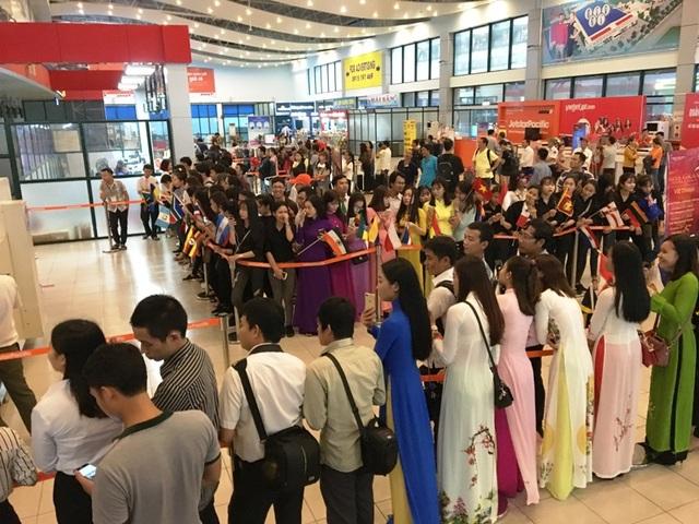 Đông đảo người hâm mộ đến trước hàng giờ đồng hồ để chào đón dàn hoa hậu Miss Grand International 2017