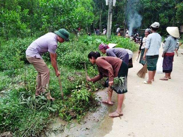 Cán bộ xuống đường dọn dẹp vệ sinh cùng người dân các bản làng ở huyện nghèo Minh Hoá