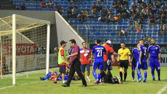 Ban huấn luyện SHB Đà Nẵng và Quảng Nam phải vào sân can ngăn cầu thủ của mình.