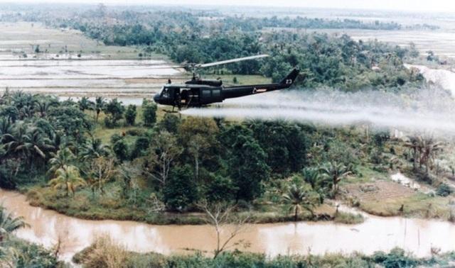 Trực thăng Mỹ thả chất độc hoá học trong chiến tranh Việt Nam (Ảnh: Internet)