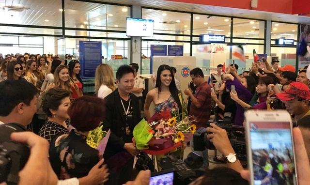 Đại diện lãnh đạo Sở Du lịch Quảng Bình tặng hoa chào đón dàn hoa hậu Miss Grand International 2017