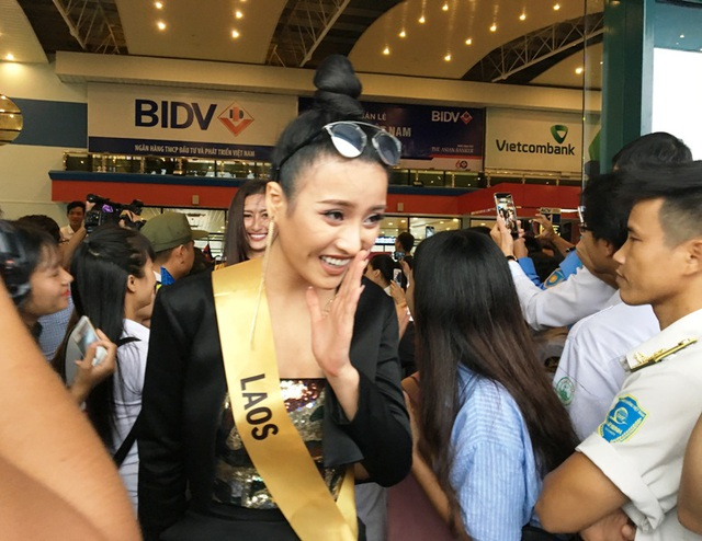 Người đẹp Lào chào các fan cuồng