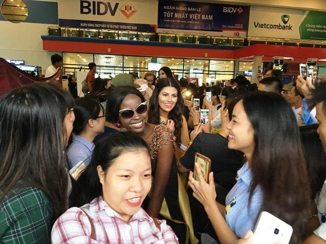 Người hâm mộ vây kín dàn hoa hậu Miss Grand International 2017 - 7