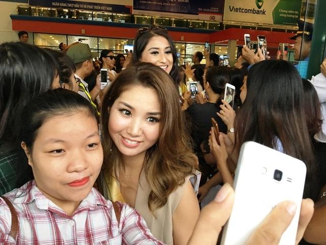 Các fan tranh thủ chụp hình với các người đẹp đến từ nhiều quốc gia trên thế giới