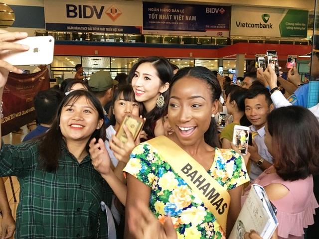Người hâm mộ vây kín dàn hoa hậu Miss Grand International 2017 - 6