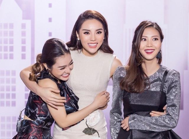 Và sau khi xem lại các phần thi, 3 khách mời đã quyết định team Kỳ Duyên giành chiến thắng. Cả đội ôm nhau hạnh phúc vì thành công.