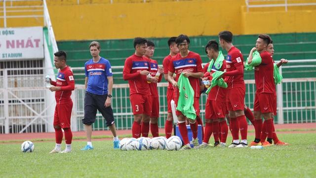 Không có ở nền bóng đá chuyên nghiệp nào trên thế giới, người ta tập trung các đội tuyển dài ngày như tại Việt Nam (ảnh: Trọng Vũ)