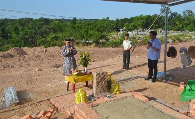 Hiện Nguyễn Phúc Tộc đã làm được ngôi mộ tạm tại vị trí huyệt mộ bà Tài Nhân họ Lê, xung quanh có che chắn