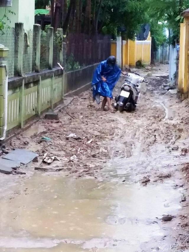 Người dân mắc kẹt trong bùn đất ở kiệt 74 đường Hải Triều do thi công bừa bãi
