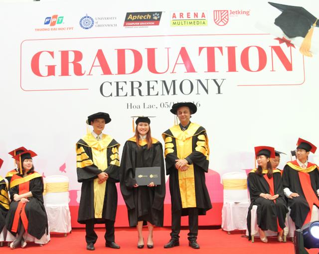 Sinh viên Đại học Greenwich Việt Nam nhận bằng tốt nghiệp.