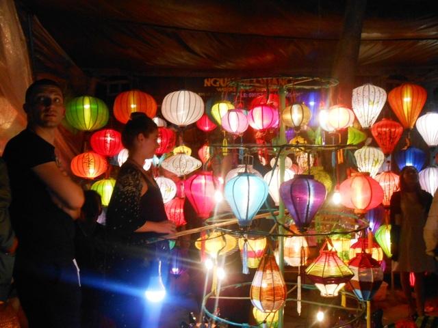 Du khách hào hứng trong đêm khai hội Tết Nguyên Tiêu