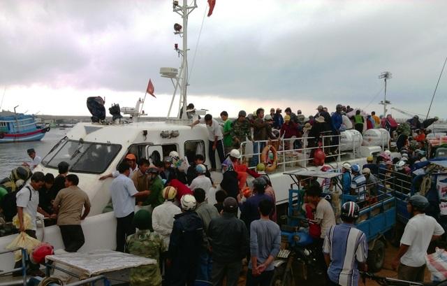 Các du khách bị mắc kẹt ở đảo Lý Sơn do biển động đã về đến đất liền an toàn