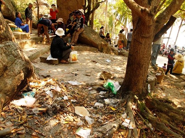 Du khách ngao ngán vì rác thải bủa vây khu du lịch Ghềnh Ráng (Bình Định). (Ảnh: Doãn Công)