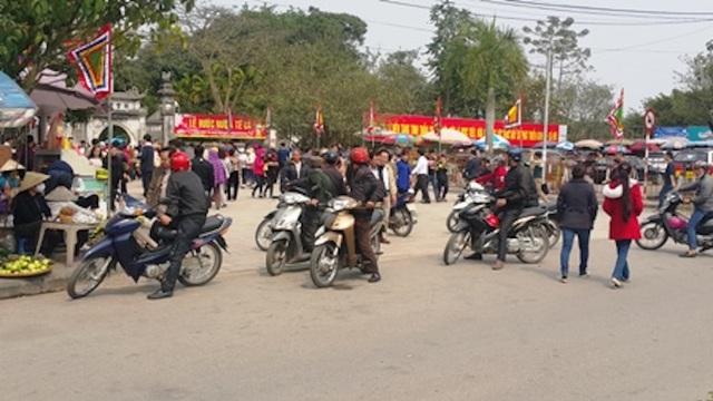 Lực lượng xe ôm chèo kéo khách ở Lễ hội Đền Trần năm 2016