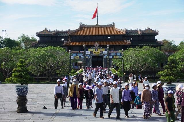 Một lượng lớn du khách vào Hoàng Cung Huế tham quan Lễ Quốc khánh năm nay (ảnh: Bảo Minh)