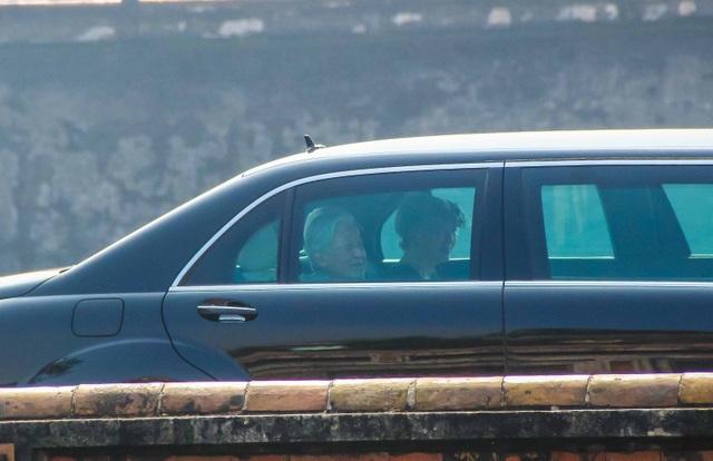 Nhật hoàng Akihito và Hoàng hậu Michiko trong xe riêng tiến vào cổng Ngọ Môn - Hoàng Cung Huế