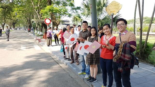 Du khách và người dân Huế vẫy cờ 2 nước đón Nhật hoàng ở lối vào Hoàng Cung Huế đường 23 tháng 8