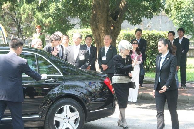 Nhật hoàng Akihito và Hoàng hậu Michiko vẫy chào mọi người rất thân thiện