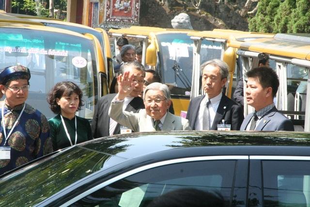Du khách và người dân Huế háo hức đón Nhật hoàng vào thăm Hoàng Cung Huế - 12