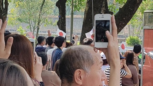 Đáp lại là nhiều tiếng reo mừng, chúc mừng bằng tiếng Việt và tiếng Nhật, kèm theo rừng máy điện thoại ghi lại khoảnh khắc Nhà và và Hoàng hậu lên xe