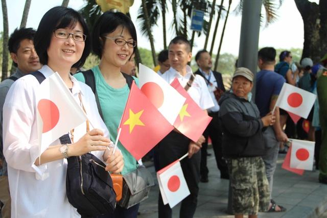 Cờ Nhật Bản chen lẫn cờ Việt Nam