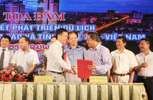 Đại diện Hiệp hội du lịch Nghệ An và Hiệp hội du lịch các tỉnh Lào ký kết hợp tác phát triển