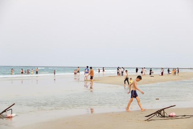 Tại các bãi biển lân cận như Gio Hải, Cửa Tùng cũng có nhiều khách đến nghỉ ngơi