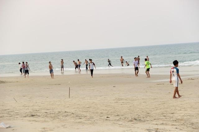 Rất đông người dân tìm về các bãi biển để tắm và tránh nóng