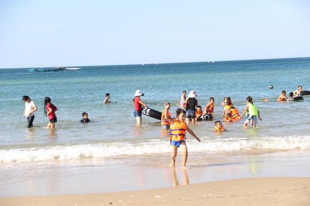 Du khách trở về tắm biển ngày càng đông