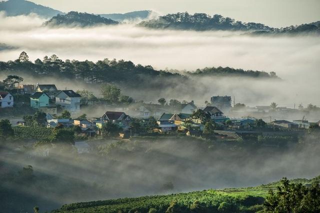 Không chỉ mùa thu hay đông mà cả 4 mùa trong năm Đà Lạt đều thu hút du khách bởi vẻ đẹp ẩn hiện trong sương mù.