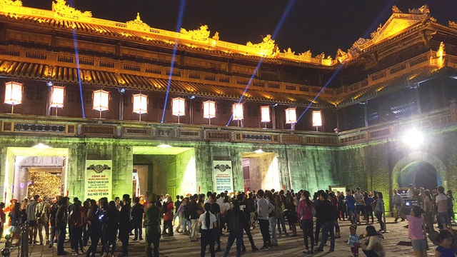 Hàng vạn du khách đã đến trải nghiệm những hoạt cảnh ấn tượng ở Đại Nội về đêm từ ngày 22/4