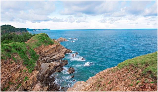 Đến đảo, bạn sẽ bị choáng ngợp và bất ngờ bởi phong cảnh xinh đẹp, yên bình với rừng xanh và biển ngọc. Vẻ đẹp hoang sơ ở nơi này rất lý tưởng cho các hoạt động vui chơi, giải trí.