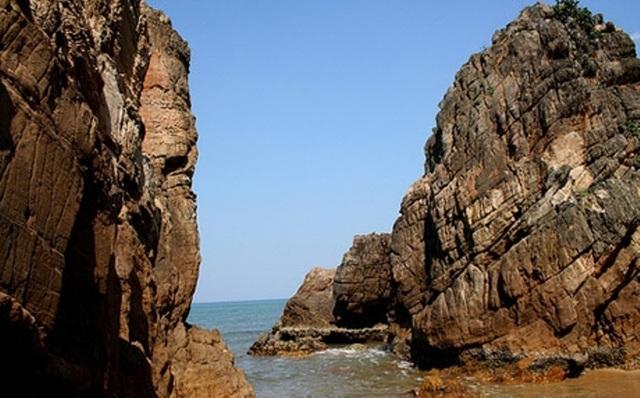 Bãi biển Đá Nhảy là một trong hai bãi biển đẹp nhất ở Quảng Bình.