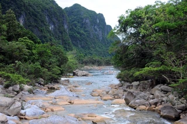 Tới suối Nước Moọc, con người như được hòa mình vào với thiên nhiên, thoát ra khỏi những lo toan phiền muộn của đời thường.