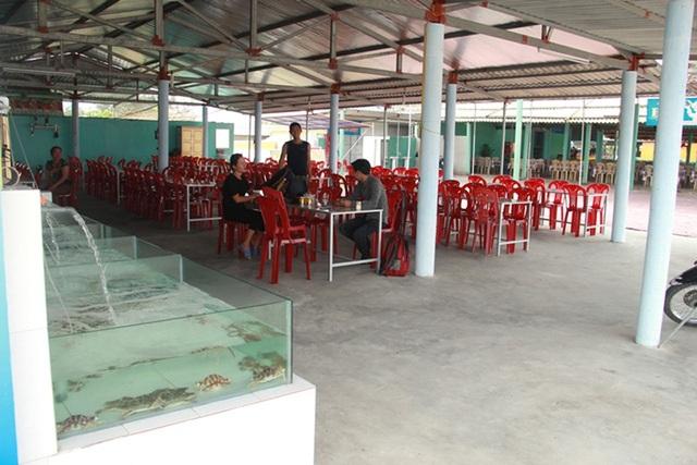 Khung cảnh ảm đạm của các nhà hàng tại khu du lịch biển Thiên Cầm, huyện Cẩm Xuyên, Hà Tĩnh sau sự cố môi trường biển cách đây tròn 1 năm.