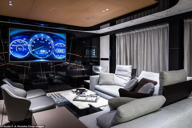 Nội thất của GTT 115 Hybrid bao gồm một hồ bơi có tính năng mát xa, khu vực dùng bữa ngoài trời, không gian sinh hoạt cho 4 khách dưới khoang và 1 TV 75 inch. Du thuyền này hiện đang di chuyển từ Viareggio, Italy cập cảng Monaco tham gia triển lãm du thuyền hàng năm tổ chức tại đây.