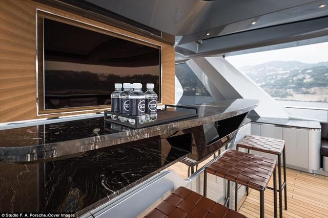 Nội thất trên tàu được sản xuất từ các nguyên liệu cao cấp và có giá trị.