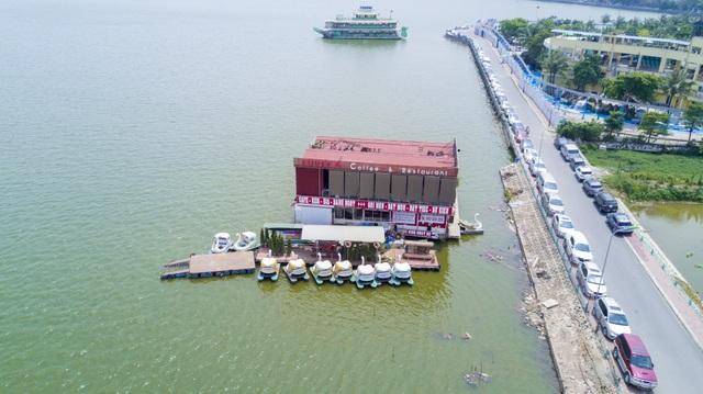 Những du thuyền này đều có giá hàng tỷ đồng, từng sôi động hoạt động vui chơi giải trí một thời, nay bị bỏ hoang tại góc hồ Tây.