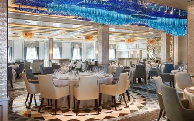 Mỗi phòng tiệc này đều được trang trí bằng những bộ bàn ăn đậm chất quý tộc, hệ thống đèn chùm pha lê và nến đắt giá và đương nhiên là thực khách sẽ được phục vụ bởi các đầu bếp lừng danh trên thế giới. Ngoài các phòng tiệc, siêu du thuyền này còn đặc trưng bởi hệ thống các nhà hàng đặc sản theo từng chủ đề riêng như bít tết, hải sản, ẩm thực Á Đông…