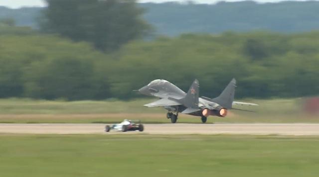 Ô tô đu và máy bay chiến đấu Nga so tốc độ. (Ảnh: RT)