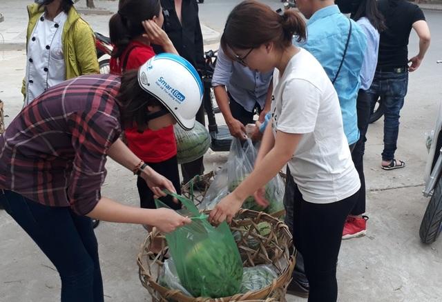 Người dân đến mua dưa hấu được đem về từ Quảng Ngãi