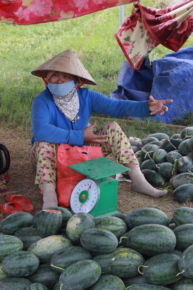 Không có thương lái đến mua, nông dân phải đi bán từng quả