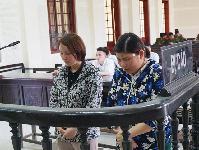 Trần Thị Lê (bên trái) và Nguyễn Thị Thủy bị đưa ra xét xử về tội Tổ chức người khác trốn ra nước ngoài trong phiên tòa ngày 3/5