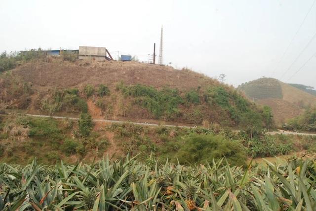 Nhà máy luyện kim màu Lào Cai được xây dựng tại ngọn đồi cao ở thôn Km 15 xã Bản Lầu, huyện Mường Khương, là nghi can chính gây ra ô nhiễm môi trường, làm hỏng hàng trăm ha dứa, chè, cao su... của người dân địa phương.