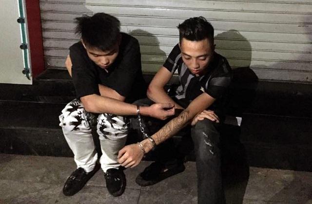 Hai thanh niên dẫn đầu đoàn đua bị cảnh sát chặn bắt.