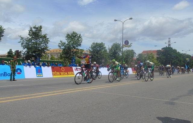 Các vận động viên bứt tốc về đích, kết thúc chặng đua thứ 4